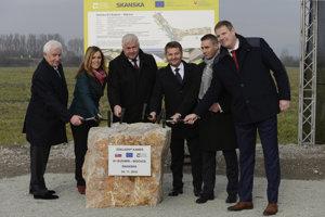 Počas slávnostného poklepania základného kameňa a symbolického štartu výstavby diaľnice D1 Budimír – Bidovce.