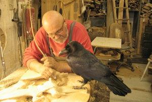 Rezbárovi pri práci robil spoločnosť krkavec Karol.