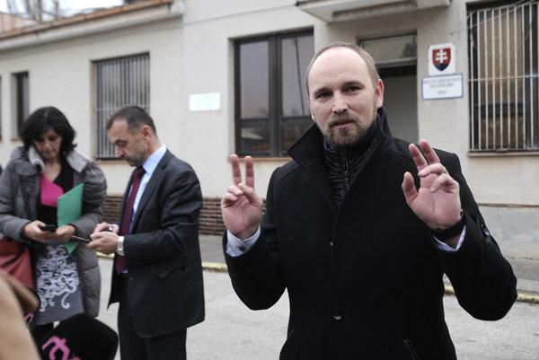 Poslanec Viskupič počas poslaneckého prieskumu.