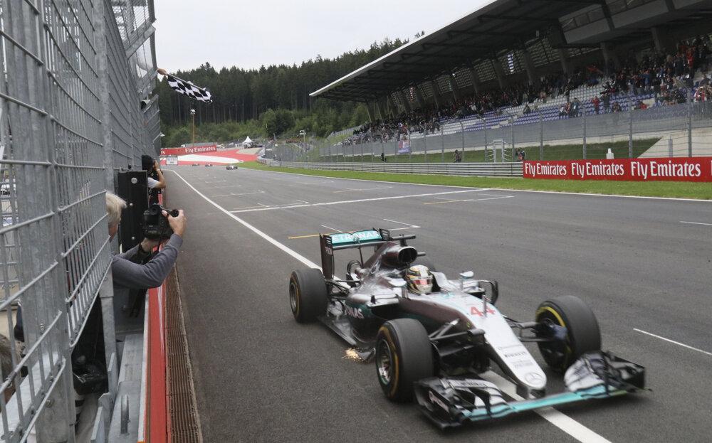 Britský jazdec Lewis Hamilton víťazí na rakúskom okruhu Spielbergu.