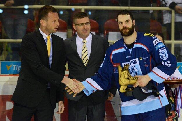 Za výkony v play-off získal Zlatú korčuľu.