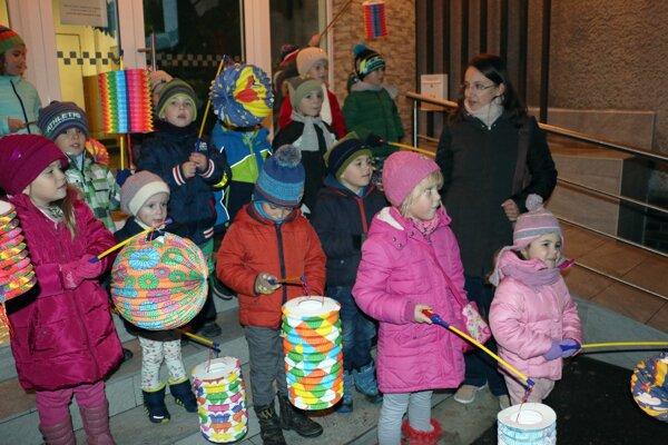 Deti v sprievode kráčali s lampiónmi v rukách.
