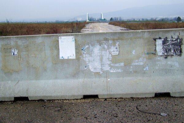 Staré prepojenie medzi cestou tretej triedy a R1 zrušili. V diaľke vidieť most na novej R1.