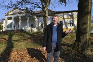 Starosta obce Župčany František Novotný pred kúriou s parkom.