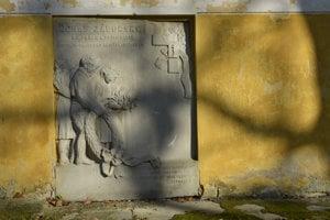Poškodená pamätná tabuľa na počesť farára, spisovateľa, historika a národného buditeľa Jonáša Záborského na stene kúrie.