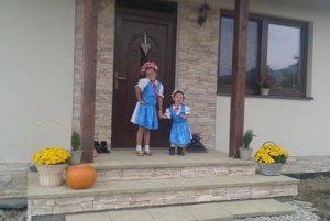 Sofinka so sestričkou Natálkou, ktorá má 2, 5 roka. Natálka už pozná všetky pesničky, ktoré Sofinka spieva.