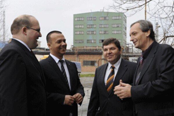 Novácke chemické závody dnes navštívil minister hospodárstva Juraj Miškov (druhý zľava).