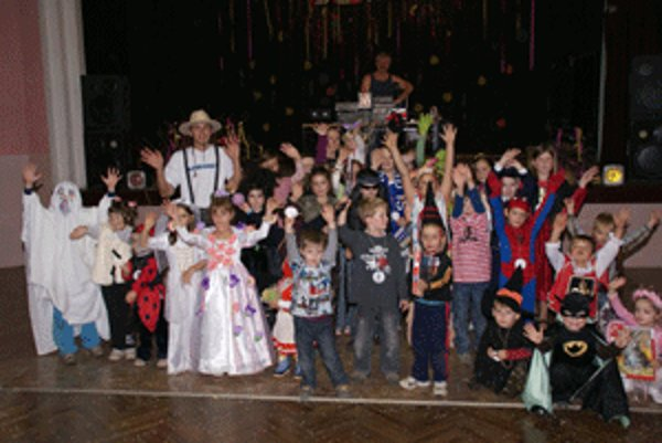 Deti v maskách zaplnili kultúrny dom.