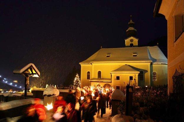 Každý piatok v adventnom období si hostia osvetľujú fakľami svoju cestu na vianočný trh v salzburskom Großarle