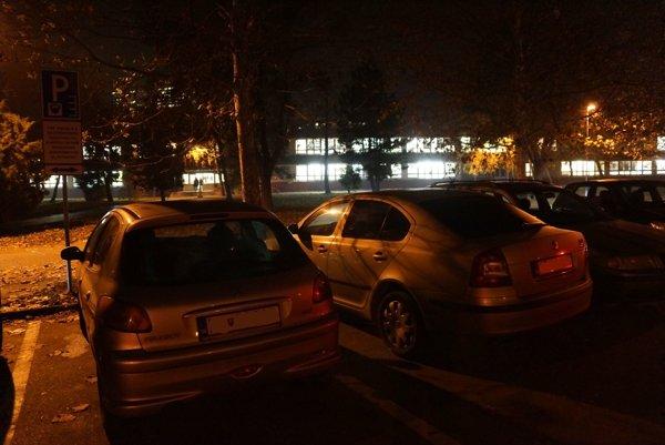Parkovisko pre rezidentov. Školská akcia vo štvrtok podvečer sťažila miestnym obyvateľom parkovanie.