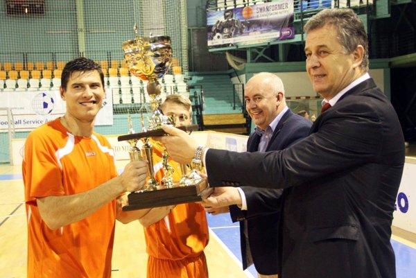 Pred rokom získali Pohár primátora prvýkrát hráči Výberu ZsFZ. Dvojica na snímke (Dmitrij Korman, Martin Kočiš) však bude v sobotu hrať v drese Galanty.