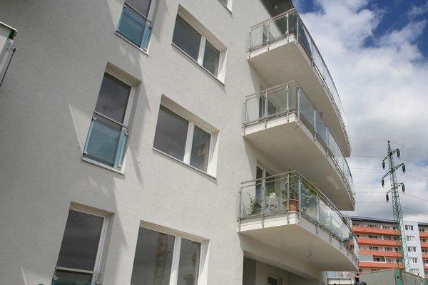 Podľa počtu izieb na trhu v Bratislave naďalej prevažujú dvojizbové byty, ktorých podiel predstavuje viac ako 38 percent.