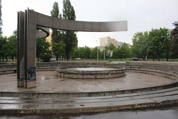 Rekonštrukcia fontány a chodníkov je súčasťou celkovej revitalizácie Parku Andreja Hlinku, ktorú pripravuje mestská časť Ružinov.