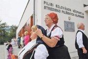 Krajania na slávnosti v Mlynkoch pred svojim novým strediskom.