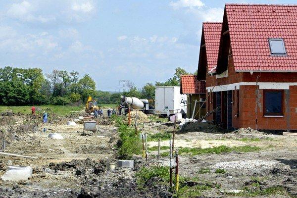 Ak úrady nájdu nepovolenú stavbu, stavebný úrad bude povinný bezodkladne nariadiť jej odstránenie na náklady stavebníka. Hrozí kaucia a exekúcia.