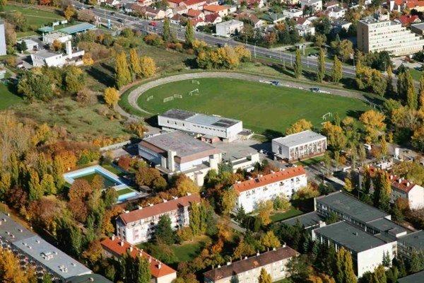 Bratislavská Rača zverené pozemky na Černockého ulici prenajme investorovi na 30 rokov s možnosťou predĺženia ešte na ďalších 20 rokov za nájomné jedno euro. Investor na vlastné náklady postaví športový komplex.