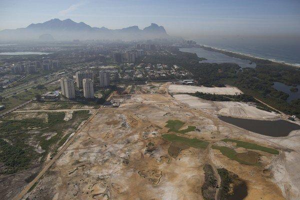 Výstavbu od začiatku sprevádzali ťažkosti vrátane sporov ohľadom vlastníctva pozemkov, kritici tvrdia, že ide o snahu využiť olympijské hry na výstavbu lukratívnych nehnuteľností. Na snímke výstavba v lete tohto roka.