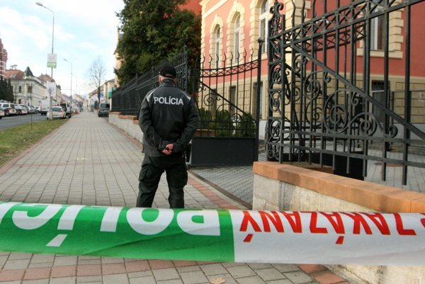 Rušno bolo dnes ráno aj pred Krajským súdom v Banskej Bystrici, chodník pred súdom uzatvorili.
