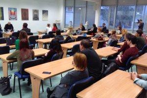 Diskusia so študentmi počas vernisáže tradičnej novinárskej fotovýstavy.