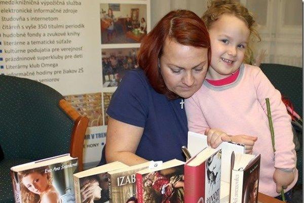 Eva Ava Šranková s dcérkou Eliškou na besede v Trenčíne.
