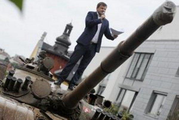 Alojz Hlina stojí na pristavenom tanku pred vilou pod hradom, v ktorej býva predstaviteľ bývalého režimu Vasiľ Biľak.