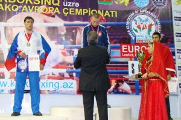 Michal Hromek si preberá v Baku zlatú medailu.