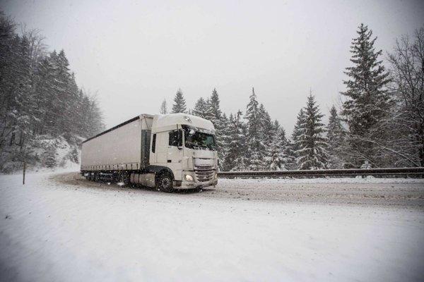 Cesta cez Šturec je momentálne uzatvorená, skrížil sa tam kamión.