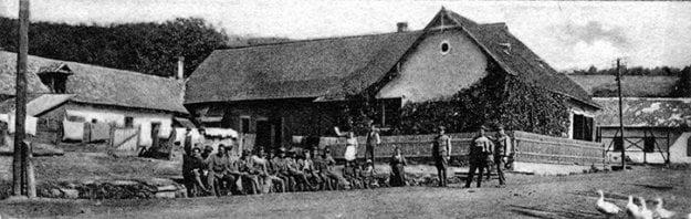 Čs. vojaci pred krčmou v strede obce Lovinobaňa počas bojov s maďarskými boľševikmi.