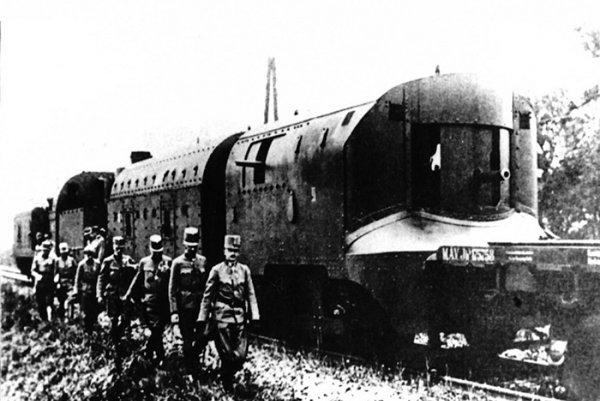 Rakúsky cisár a uhorský kráľ Karol I. pri prehliadke pancierového vlaku č. II v roku 1917. Tento pancierový vlak v roku 1918 získala rodiaca sa česko-slovenská armáda, ktorá ho na začiatku júna 1919 ako pancierový vlak č. 1 nasadila proti maďarským boľševikom na trati Lučenec - Lovinobaňa - Kriváň - Zvolen.