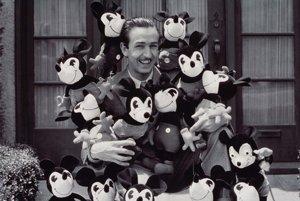 WaltDisneyobsypaný plyšovými hračkami s motívom Mickey Mousa, ktoré vyrobila v 30. rokoch minulého storočia Charlotte Clarková.