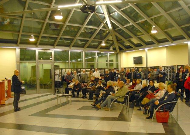 Momentka z aktuálne prebiehajúcej výstavy v Átriu Teologickej fakulty na Hlavnej 89 v Košiciach. Vľavo má príhovor predseda Milan Filičko.