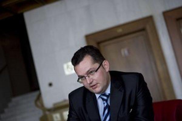 Andrej Kolesík zo štátnych peňazí platí podnikateľa Michala Hyneka.