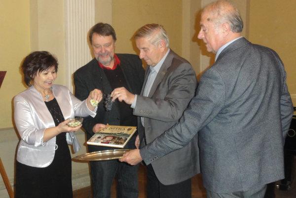 Knihu pokrstili hroznom a kvetmi - zľava Dagmar Bojdová z MsÚ, Vladimír Bárta, Vladimír Libant a Anton Števko.