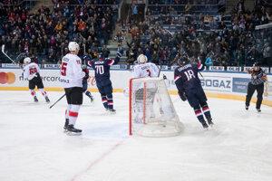 Hokejisti Slovana sa radujú po strelenom góle.