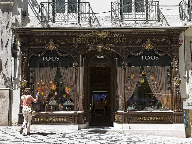 Jeden z historických obchodíkov v Lisabone.