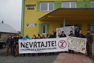 Po bitke so starostom protestovali aktivisti pred obecným úradom.