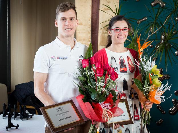 Richard Varga (vľavo) sa stal ôsmykrát Triatlonistom roka na Slovensku. Najlepšou spomedzi žien bola Romana Gajdošová.