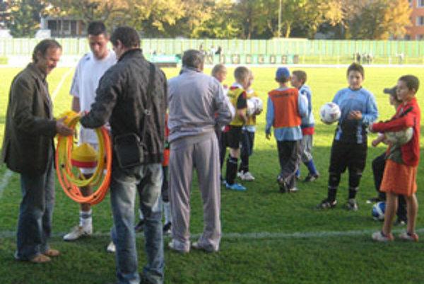Dušan Uškovič ml. (druhý zľava) odovzdal cez prestávku benefičného zápasu prievidzským nádejám lopty a tréningové pomôcky.