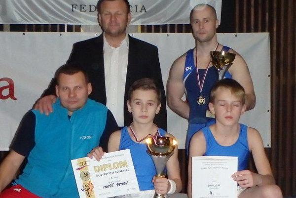 Zľava v hornom rade: tréner Martin Povýšil, Jakub Lazorík, dolný rad: tréner Tibor Klaček, Matúš Petkov, Pavol Kundrík.