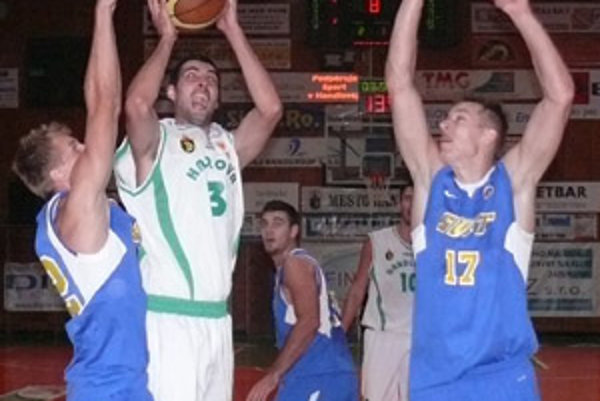 Handlovčan Saša Avalič sa presadzuje cez dvoch hráčov Svitu.
