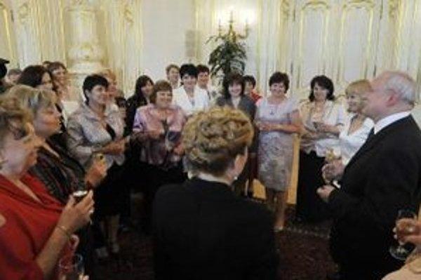 Prezident Ivan Gašparovič prijal v Prezidentskom paláci zástupkyne Slovenskej komory sestier a pôrodných asistentiek a ocenené sestry a pôrodné asistentky.