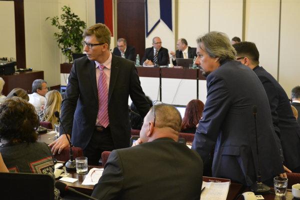 Momentka z diskusie medzi poslancami.