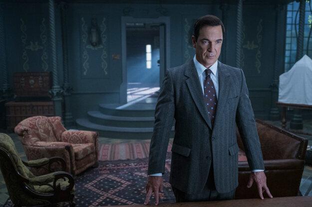 Jednou z postáv v seriáli je aj tajomný spisovateľ Lemony Snicket.