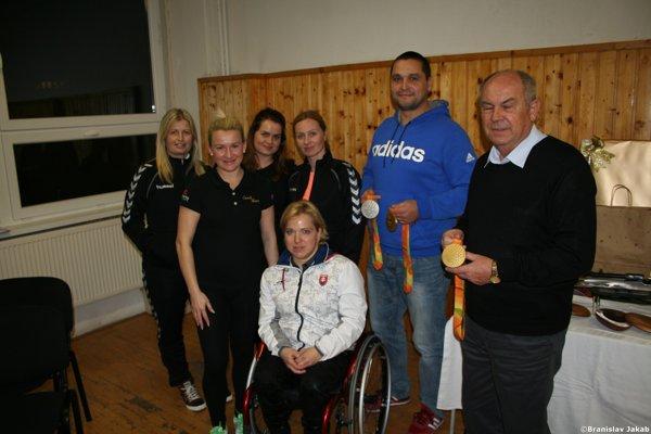 Paralympionička Veronika Vadovičová vspoločnosti šurianskych hádzanárok azástupcov klubu.