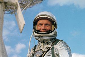Astronaut John Glenn v Cape Canaveral vo Floride počas tréningu pred letom.