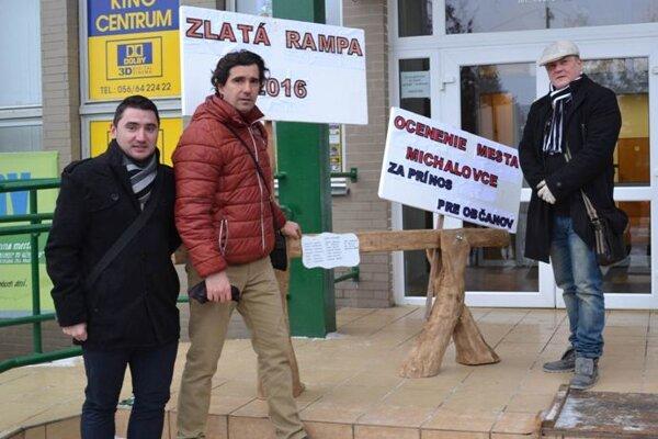 Anticena pre primátora a poslancov. Zlatú rampu 2016 im udelili aktivisti (na snímke) za parkovací biznis sEEI.