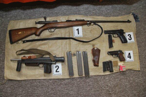 Policajti objavili zbrane počas cestnej kontroly v kufri auta.