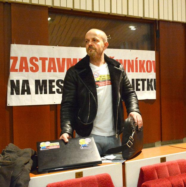 """Henrich Burdiga. """"Poslanci mesta Košice si vytreli zadok názorom občanov,"""" reagoval po hlasovaní, zastupiteľstva o parkovacej petícii s vyše 17-tisíc podpismi."""