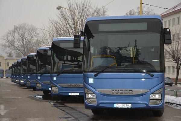 Nové autobusy už jazdia krajom.