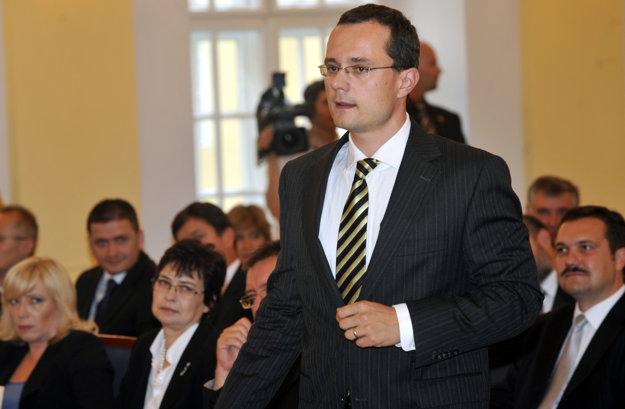 Na snímke expert na ústavné právo a poslanec za KDH Radoslav Procházka si 18. júna 2010 prevzal osvedčenie o zvolení do Národnej rady.
